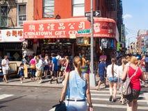 Turister och souvenir shoppar på kineskvarteret i New York City Royaltyfri Foto