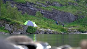 Turister och tält nära sjön lager videofilmer
