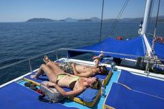 Turister ombord ett kryssningfartyg kopplar av stunden som seglar av turkoskusten av Turkiet Royaltyfri Fotografi