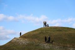 Turister på överkanten av den Krakus kullen Royaltyfria Bilder