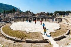 Turister på amfiteaterColiseum i Ephesus Turkiet Royaltyfri Bild