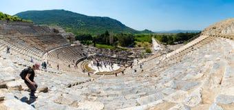Turister på amfiteaterColiseum i Ephesus Turkiet Royaltyfria Bilder