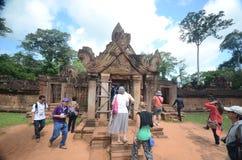 Turister på Angkor Wat, Cambodja Arkivfoto