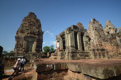 Turister på Angkor Wat, Cambodja Royaltyfria Foton