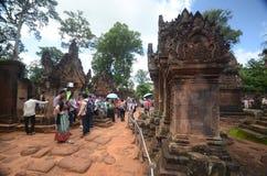 Turister på Angkor Wat, Cambodja Royaltyfri Bild