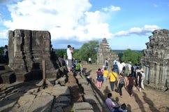 Turister på Angkor Wat, Cambodja Royaltyfri Fotografi
