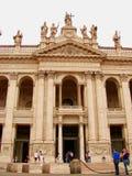 Turister på Archbasilicaen av St John Lateran, Rome, Italien Fotografering för Bildbyråer