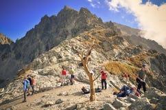 Turister på bergpasserande Royaltyfria Bilder