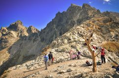 Turister på bergpasserande Royaltyfria Foton