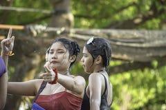 Turister på billekvattnet i den Songkran festivalen eller thailändskt nytt år på smällkruaien, Nonthaburi, April 15, 2019 arkivfoton
