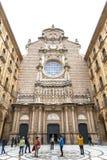 Turister på borggården framme av Santa Maria de Montserrat Arkivfoton