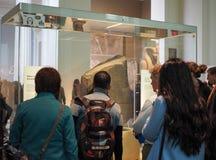 Turister på British Museum i London Royaltyfri Foto
