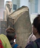Turister på British Museum i London Royaltyfri Fotografi