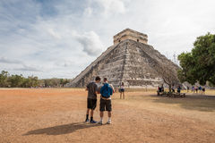 Turister på Chichen Itza Fotografering för Bildbyråer