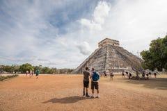 Turister på Chichen Itza Arkivfoto