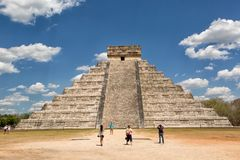 Turister på Chichen Itza i Mexico Royaltyfri Foto