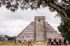Turister på Chichen Itza, Yucatan, Mexico Fotografering för Bildbyråer