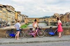 Turister på cyklar på gatorna av den Florence staden, Italien arkivbilder