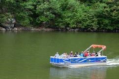 Turister på Danubet River Fotografering för Bildbyråer