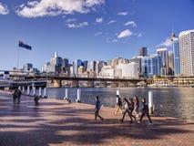 Turister på Darling Harbour Arkivfoto