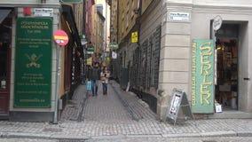 Turister på de smala gatorna av den gamla staden Stockholm Sverige lager videofilmer