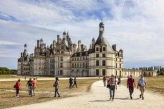 Turister på den Chambord slotten Royaltyfri Foto
