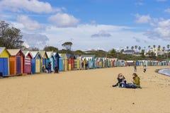 Turister på den Dendy gatan sätter på land, Brighton med färgglade badninghus i Melbourne Arkivbilder