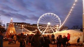 Turister på den ferrishjulet och julgranen på mässa i Brno stock video