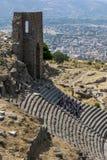 Turister på den forntida platsen av Pergamum i Turkiet Royaltyfri Foto