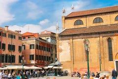 Turister på den fyrkantiga near kyrkliga Santa Maria Gloriosa Royaltyfria Bilder