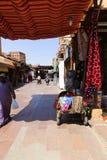 Turister på den gamla marknaden - Aswan, Egypten Royaltyfri Bild