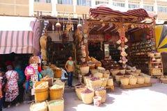 Turister på den gamla marknaden - Aswan, Egypten Royaltyfri Fotografi