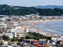 Turister på den Kamakura stranden Arkivfoto