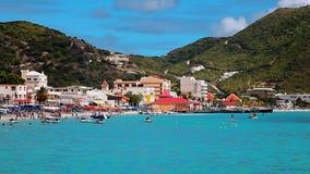 Turister på den karibiska stranden, sommarsemester