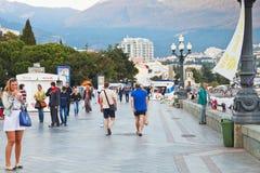 Turister på den Lenin invallningen i Yalta i afton Arkivfoton