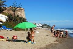 Turister på den Marbessa stranden, Spanien Arkivbild