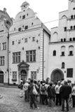 Turister på den Maza Pils gatan nära medeltida hus Arkivbild