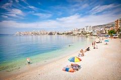 Turister på den pablic stranden i Saranda, Albanien Royaltyfri Foto