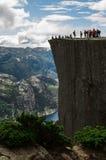 Turister på den Preikestolen klippan i Norge, Lysefjord sikt Royaltyfri Bild