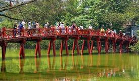Turister på den röda bro sjön Hoan Kiem Hanoi Arkivbilder