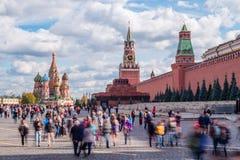 Turister på den röda fyrkanten i Moskva Arkivfoton