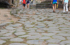 Turister på den roman gatan Arkivbilder