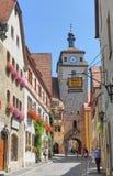 Turister på den romantiska vägen som tar foto av den medeltida byn arkivbilder