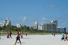 Turister på den södra stranden i Miami arkivfoto
