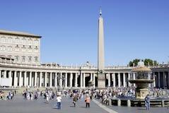 Turister på den Sanka Peters Square i Rome Arkivfoto