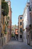 Turister på den smala gatan av den historiska mitten i Venedig, San Marc royaltyfri fotografi