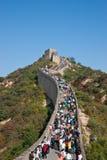 Turister på den stora väggen Royaltyfri Foto