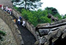 Turister på den stora väggen av Kina förbisåg vid klockatornvakten - Mutianya, nära Peking Fotografering för Bildbyråer