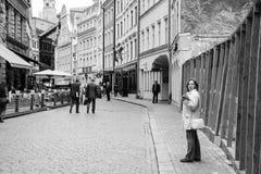 Turister på den Tirgonu Iela gatan i den gamla Riga staden Arkivbilder