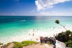 Turister på den Tulum stranden, Mexico Arkivfoton